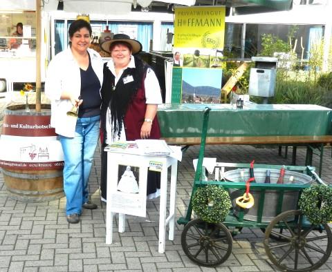 """Claudia Hoffmann mit """"Weinmagd"""" Elke König"""